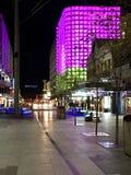 Neonljus i i stadens centrum Adelaide på natten Royaltyfri Fotografi