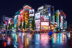Neonljus och affischtavlaannonseringar på byggnader på Akihabara på den regniga natten, Tokyo, Japan royaltyfria foton