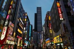 Neonljus och undertecknar in Kabuki-cho i Tokyo, Japan Arkivbild