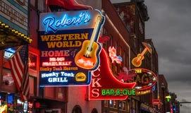 Neonljus på den Nashville Broadway remsan arkivfoton