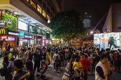 Neonljus på den Tsim Sha Tsui gatan arkivbild