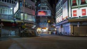 Neonljus på Tsim Sha Tsui gatatimelapse med trafik arkivfilmer