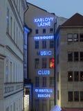 Neonljus på yttersida av musikklubban i Prague Arkivfoto