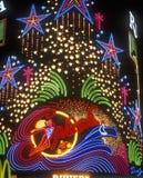 Neonljus plaskar förutom kasinot och hotellet på natten, Las Vegas, NV Arkivfoto