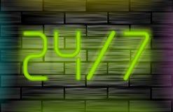 Neonowa wiadomość na ściana z cegieł Otwiera 24 7 Zdjęcia Stock