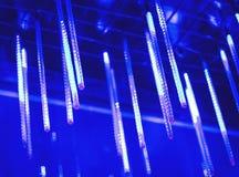 Neonowe lampy wieszają od wierzchołka, obfitość jaskrawi światła w nocy, dekorują miejsce jarzyć się światło długo neonowe lampy Fotografia Royalty Free