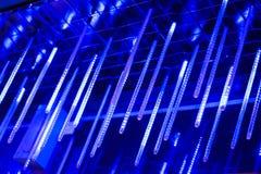 Neonowe lampy wieszają od wierzchołka, obfitość jaskrawi światła w nocy, dekorują miejsce jarzyć się światło długo neonowe lampy Zdjęcie Royalty Free