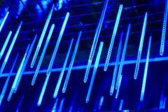 Neonowe lampy wieszają od wierzchołka, obfitość jaskrawi światła w nocy, dekorują miejsce jarzyć się światło długo neonowe lampy Obraz Stock