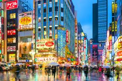 Neonowi znaki i billboard reklamy w Shinjuku Fotografia Royalty Free