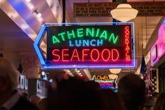 Neonowi znaki i ludzie wśrodku szczupaka Wprowadzać na rynek w Seattle, Waszyngton, usa zdjęcia stock