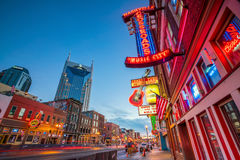 Neonowi znaki na Obniżam Broadway Nashville Obraz Royalty Free