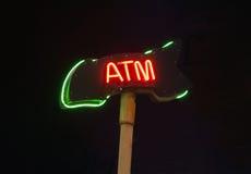 Neonowy ATM znak na czarnym tle Zdjęcia Royalty Free