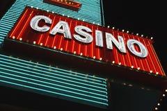 Neonowy kasyno znak przy noc niskiego kąta widokiem Fotografia Royalty Free