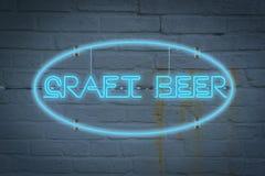 Neonowy lighton ściana z słowa rzemiosło piwem zdjęcie royalty free