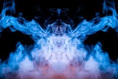 Neonowy mistyczny widmowy wzór błękita dym na czarnym tle przedstawia kilka abstrakcjonistycznych wizerunki - głowa obcy od a zdjęcie stock