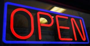Neonowy Otwiera znaka Zdjęcie Stock