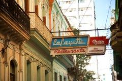 Neonowy podpisuje wewnątrz ulicę przy losem angeles Hawańskim w Kuba zdjęcia royalty free