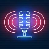 Neonowy signboard z mikrofonem Klub nocny z muzyka na ?ywo ikon? royalty ilustracja