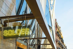 Neonowy znak z słowem SOLDES transalted jako sprzedaże Obraz Royalty Free