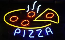 Neonpizza-Zeichen auf Schwarzem Stockbilder