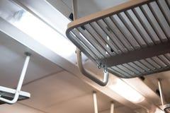 Neonröhre und Gepäckraum innerhalb des Zugs Stockfoto