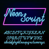 Neonröhrealphabetguß Übergeben Sie gezogene Skriptart Buchstaben und Zahlen auf einem dunklen Hintergrund Lizenzfreies Stockbild