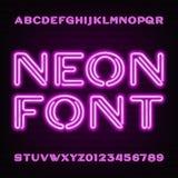 Neonröhrealphabetguß Purpurrote Art Buchstaben und Zahlen auf einem dunklen Hintergrund Lizenzfreies Stockbild