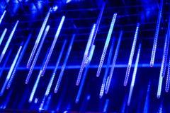 Neonröhren hängen von der Spitze, viel von hellen Lichtern in der Nacht, verzieren den Platz glühende lange Neonröhren der Lichte Stockfoto