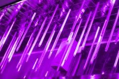 Neonröhren hängen von der Spitze, viel von hellen Lichtern in der Nacht, verzieren den Platz glühende lange Neonröhren der Lichte Lizenzfreie Stockfotos