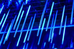 Neonröhren hängen von der Spitze, viel von hellen Lichtern in der Nacht, verzieren den Platz glühende lange Neonröhren der Lichte Stockbild