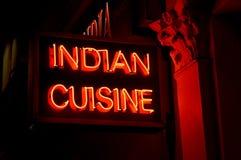 Neonrestaurangtecken exponerat på natten som annonserar indisk mat arkivbilder