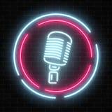 Neonskylt med mikrofonen i rund ram Det glödande gatatecknet av stången med karaoke och bor sångare stock illustrationer
