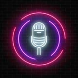 Neontecken med mikrofonen i rund ram Nattklubb med symbolen för levande musik stock illustrationer