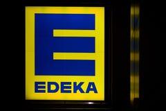 Neontecken på fasaden av en Edeka supermarket i i stadens centrum Magdeburg Arkivfoto