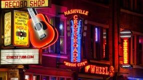 Neontecken på natten på den Broadway gatan i Nashville, Tennessee arkivbild