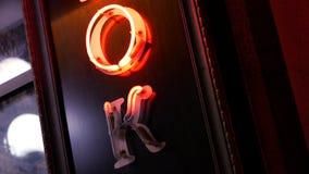Neonteken het O.k. gloeien in nachtstad stock videobeelden