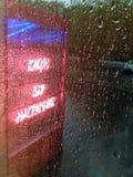 Neonteken in regenachtige dag royalty-vrije stock afbeelding