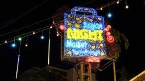 Neonteken van de nachtmarkt in Azi?, nacht stock fotografie