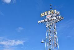 Neonteken van het Downtowner-Motel stock afbeeldingen