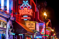 Neontekens op Lagere Broadway Nashville Stock Foto's