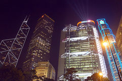 Neonwolkenkratzer bis zum Nacht bei Hong Kong Stockbilder