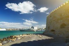 Neoria, старые венецианские стены верфей на ираклионе с портом и замком koule, Крита, Греции стоковое фото rf