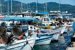 NEOS, GRIEKENLAND - JUNI 12, 2016: ketting van mooie vissersboten i Royalty-vrije Stock Foto