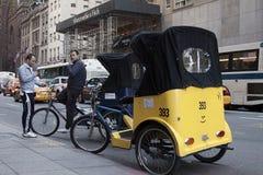 Neoyorquinos en una bici del taxi en Fifth Avenue Foto de archivo libre de regalías