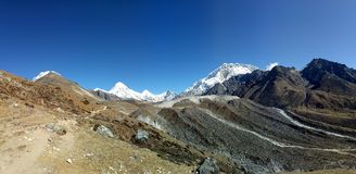 Nepalês muito do fundo natural da cena da área máxima de montanha céu azul fotografia de stock royalty free