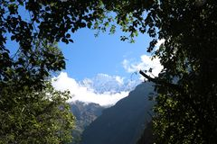 Nepalês Thamserku é montanha nos Himalayas do Nepa oriental foto de stock