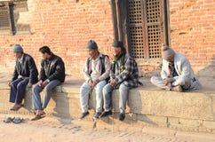 Nepal 2011, hombres que se sientan junto Foto de archivo