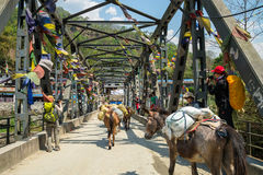 nepal alte Metallfachwerkbrücke Stockbild