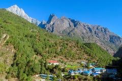 Nepal bergby på den trekking rutten för EBC royaltyfria bilder