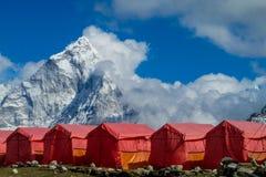 Nepal bergby på den trekking rutten för EBC arkivfoton